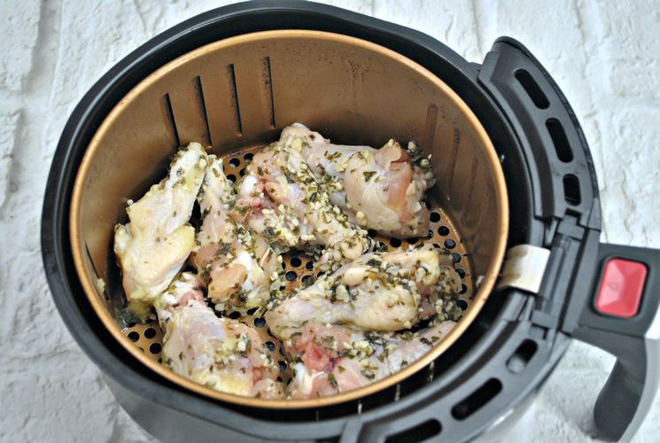 Arrange lemon chicken wings in air fryer
