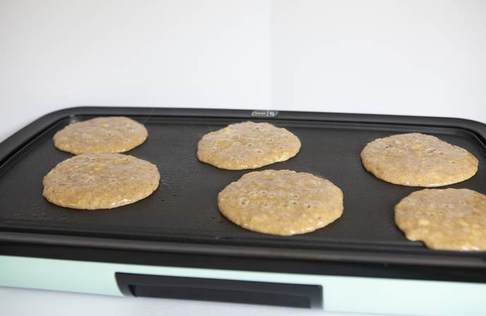 banana pancakes cooking
